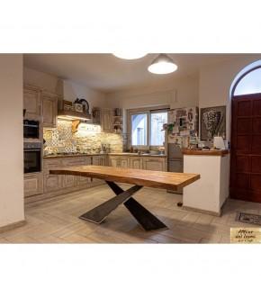 Tavolo in legno massello di cedro bianco, design moderno e cuore naturale.