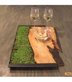 Vassoio in legno ulivo, con manici in ferro grezzo e vero prato.