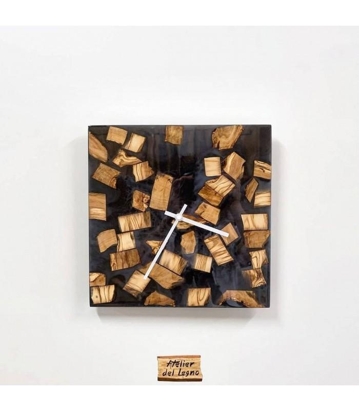 Orologio da parete in resina nera perlinata e pigmentata con inserti di legno di ulivo